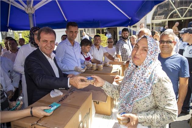 Başkan Seçer, Vatandaşlara Aşure İkram Etti