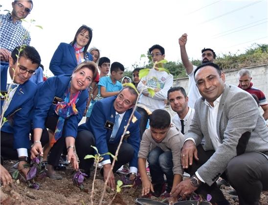 Başkan Yılmaz, İşitme Engelli Çocuklarla Çiçek Ekti