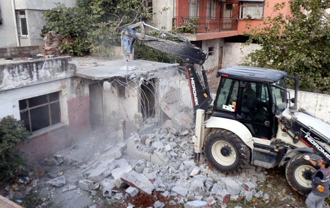 Mersin Akdeniz'de Metruk Binalar Yıkılıyor
