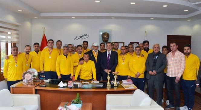 Kurumlararası Futbol Turnuvasında Şampiyon Olan Yenişehir Belediyesi Personel Takımı, Kupa Başkan Özyiğit'e Takdim Etti