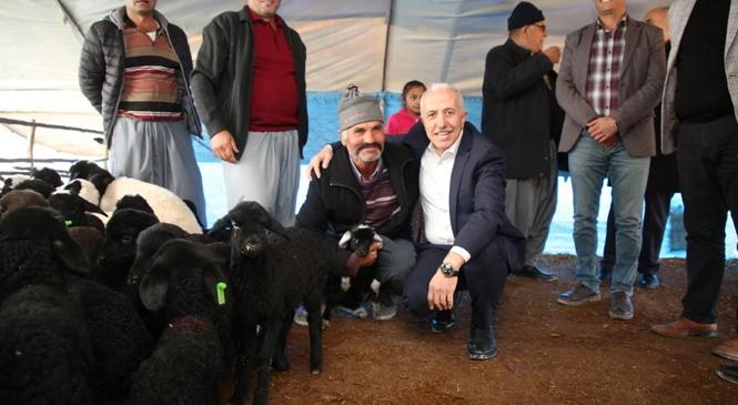 Akdeniz Belediye Başkanı Gültak, Yörük Vatandaşları Ziyaret Etti