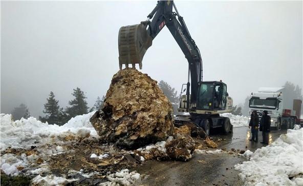Mersin Erdemli'de Yamaçtan Kopan Dev Kaya Yol Kapattı! Mersin Büyükşehir Ekipleri Kaya Düşmesi Nedeniyle Kapanan Yola Anında Müdahale Etti