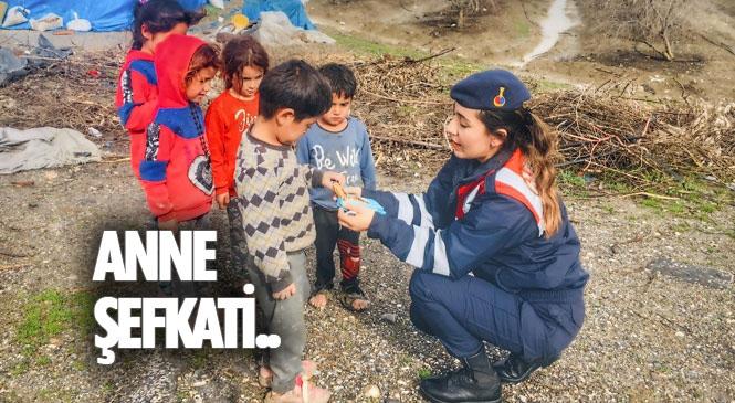 Tarsus İlçe Jandarma'da Görevli Kadın Komutandan Yolda Rastladığı, Ailesi Tarla'da Çalışan Minik Çocuklara Anne Şefkati