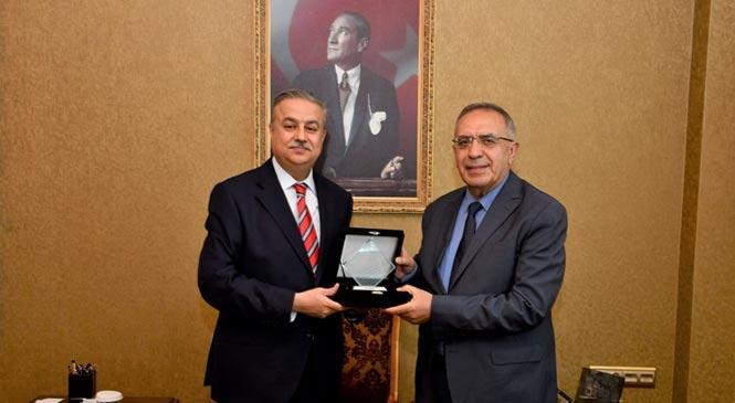 Vali Su'dan Emekli Mülki İdare Amiri Ahmet Büyükçelik'e Hizmet Belgesi Takdimi