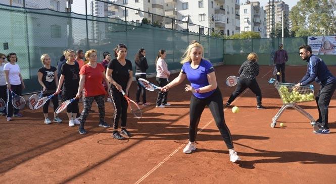 Yenişehir'de Kadınlar Tenis Öğrenmeyi Pasta Keserek Kutladı