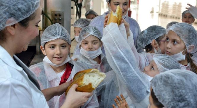 Mersinli Minik Öğrenciler, Büyükşehir'in Ucuz ve Kaliteli Ekmeklerinin Üretimini Yerinde Gözlemledi