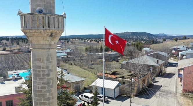 Erdemli Güzeloluk Mahallesi'nde Vatandaşların Talebi Olan Bayrak Erdemli Belediyesi'nin Desteğiyle Göndere Çekildi
