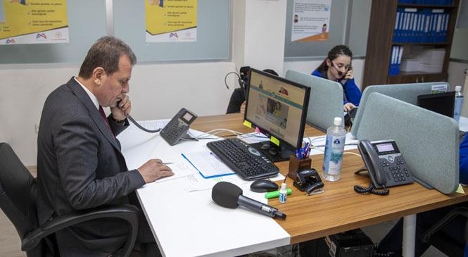 Mersin'de Kurulan Kriz Merkezi'nde 2 Yurttaşın Telefonuna Bakan Başkan Seçer, Yurttaşların Taleplerini Not Alarak İlgili Birimlere İletti