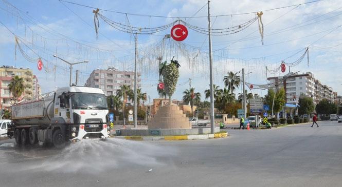Tanklarında Dezenfektan Sıvı Bulunan Mersin Büyükşehir Belediyesi Arazözleri, Tarsus'ta Tüm Cadde ve Bulvarları Suladı