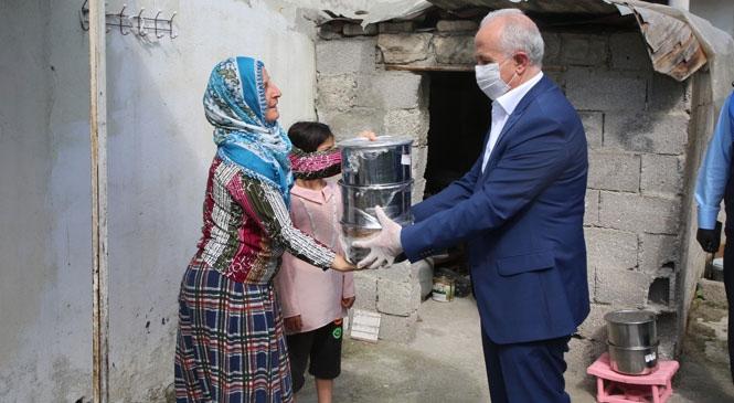 Akdeniz Belediye Başkanı Gültak; Yaşlı Vatandaşlara Erzak, Çocuklara Oyuncak Dağıttı