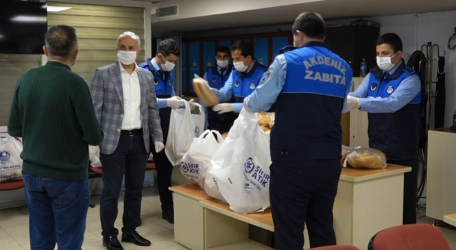 Akdeniz Belediyesi Tarafından, 65 Mahalleye 20 Bin Ekmek Dağıtıldı! Başkan Gültak, Kriz Masasının Çalışmalarını Yerinde Denetledi