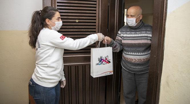 Evine Sağlık Paketi Ulaşan 75 Yaşındaki Nurettin Amca, Karşılaştığı İlgi Nedeniyle Duygulu Anlar Yaşadı