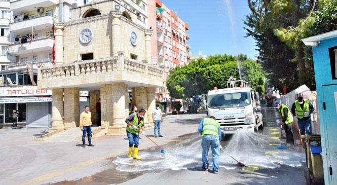 Gruplara Ayrılan Büyükşehir Ekipleri, Tarsus'un Caddelerini Tertemiz Yaptı