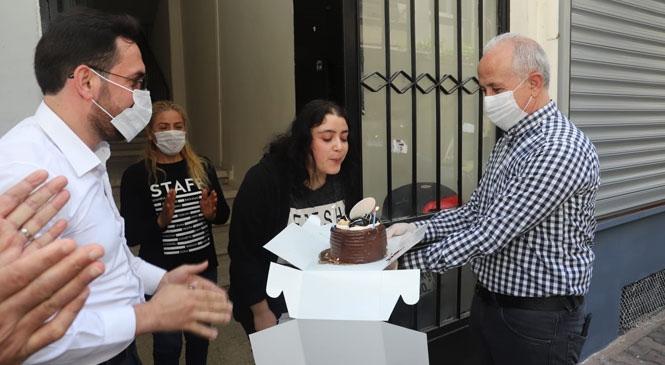 Akdeniz Belediye Başkanı Gültak'tan, Sokağa Çıkma Yasağında Sürpriz Doğum Günü Ziyaretleri