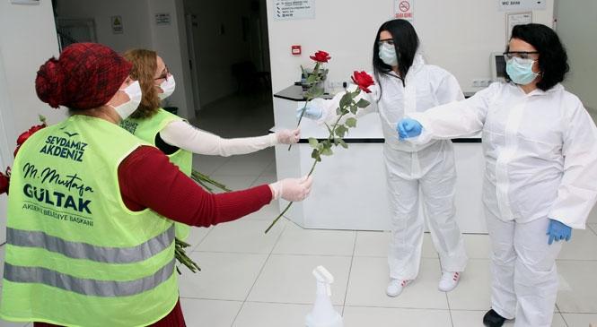 Koronavirüs Salgını İle Mücadelede En Önde Yer Alıyorlar! Akdeniz'de Sağlık Çalışanlarına Gül Dağıtıldı