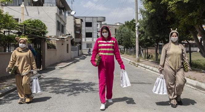 23 Nisan Çocuk Bayramı'nda Büyükşehir'den Çocuklara Hediye! Ekipler Animasyon Kostümleriyle Çocuklara 23 Nisan Hediye Paketi Verdi