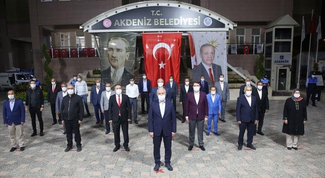 Akdeniz Belediyesi Önünde Saat 21:00'de İstiklal Marşı Okundu