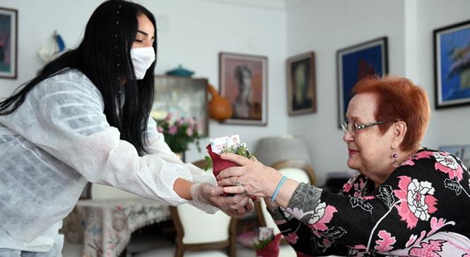 Mersin'de Binlerce Anneye Çiçek, Yüzlerce Anneye Bebek Paketi Hediyesi