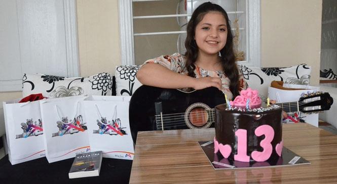Ceren'in Gitar Hayalini Büyükşehir Gerçeğe Dönüştürdü! Rahatsızlıkları Bulunan Ceren'e, Büyükşehir'den Sürpriz Doğum Günü