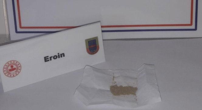 Mersin Tarsus Esenler Mahallesinde Durdurulan Şahsın Üzerinde Yapılan Aramada 10 Gram Eroin Uyuşturucu Maddesi Yakalandı