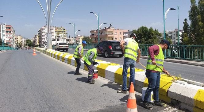 Mersin Büyükşehir Belediyesi Ekiplerinden Tarsus'ta Cadde ve Parklarda Kapsamlı Bakım