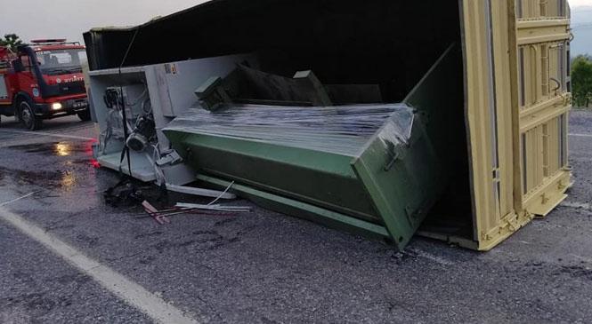 Mersin'in Tarsus İlçesinde Sanayi Makinesi Taşıyan Kamyon Devrildi, Şans Eseri Kazada Yaralanan Olmadı