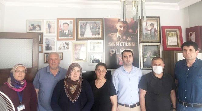 Büyükşehir Yetkilileri Tarsus'taki Şehit Ailelerine Ziyaretlerini Sürdürüyor