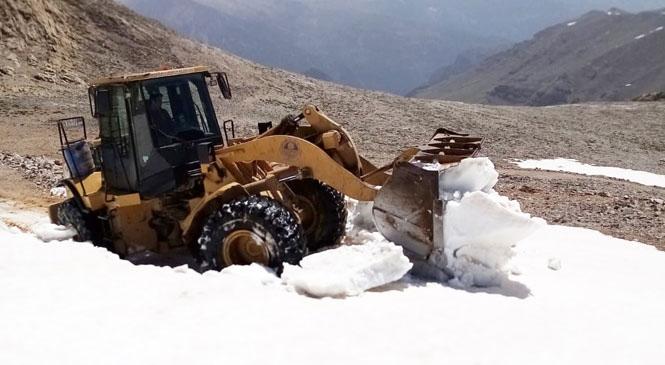 Çamlıyayla'nın Yükseklerinde 30 Km'lik Yol Kardan Temizlendi