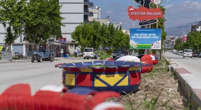 Mut'ta 350 Lastikten Rengarenk Saksılar ve Kuğular Yaptı