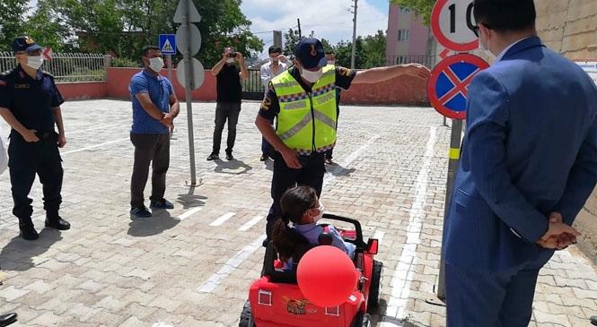 Mersin Gülnar'da Jandarmadan Minik Çocuklara Trafik Eğitimi