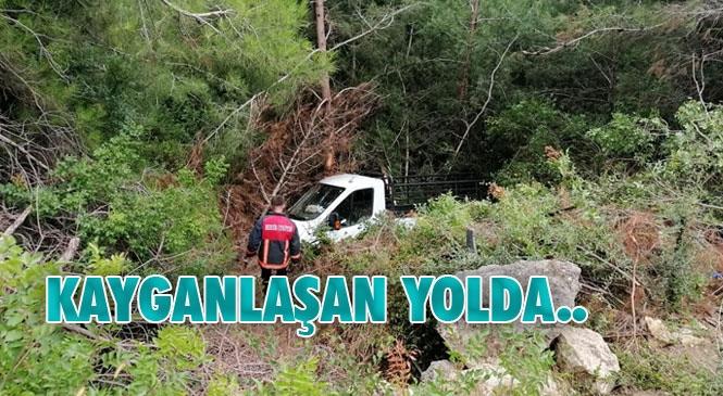 Mersin Tarsus'ta Aşırı Yağış Nedeniyle Kayganlaşan Yoldan Çıkan Kamyonet Şarampole Yuvarlandı