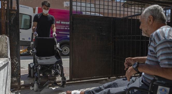 Akülü Sandalyeler İçin de Mesafeler Engel Olmadı! Büyükşehir Ekipleri, Merkez İlçelerden Yaylalara Kadar Ulaşıp, Akülü Sandalyeleri Sahiplerine Teslim Etti