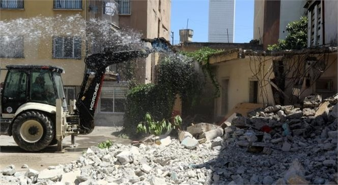 Akdeniz'de 2 Metruk Bina Daha Kontrollü Olarak Yıkıldı
