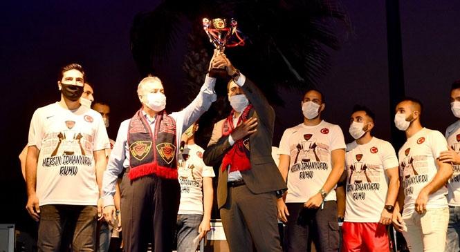 İçel İdman Yurdu'nun Şampiyonluğu Mersin İdman Yurdu Meydanında Düzenlenen Organizasyonla Coşkuyla Kutlandı