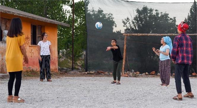 Merkezden Kırsala Spora Destek! Sporsever Gençler, Gündüz Tarlada Akşam Sahada