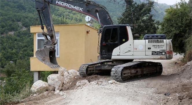 Mersin Erdemli'de İlçe Belediyesi Karahıdırlı Mahallesinde Taş Duvar Çalışması Yaptı