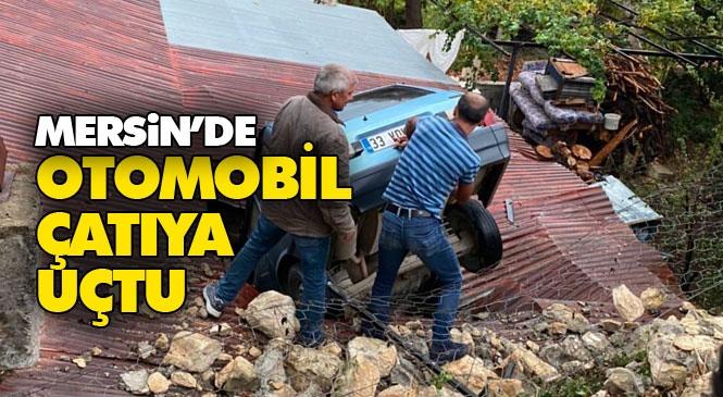 Mersin Erdemli'de Yokuş Aşağı İnerken Freni Boşalan Otomobil Evin Çatısına Girdi