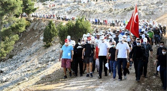 """Seçer: """" Atam, Sen Rahat Uyu, Bekçisiyiz Cumhuriyet'in """""""