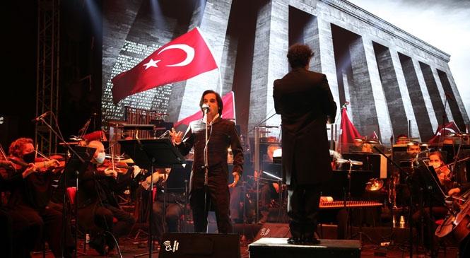 Gazi Mustafa Kemal, Sevdiği Şarkılarla Anıldı! Açık Havada Düzenlenen Konsere, 7'den 70'e Yüzlerce Vatandaş Katıldı
