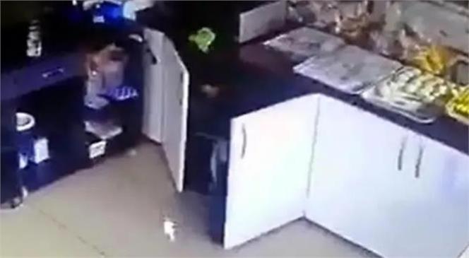 Mersin'de Sokak Ortasında Başlayan ve Bir Pastanede Devam Eden Kavgadan Korkan 2 Çalışan Korunmak İçin Malzeme Dolabına Saklandı