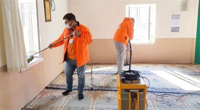 Mersin Büyükşehir Ekipleri, Tarsus ve Çamlıyayla'da Mezarlık ve Cami Temizlik Çalışmalarını Sürdürüyor