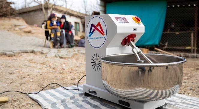 Hamuru Makine Yoğuruyor, Kadınlar Çayın Tadını Çıkarıyor
