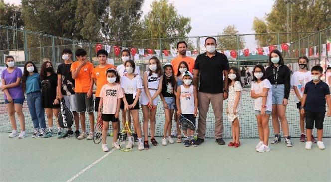 Gençlik ve Spor İl Müdürlüğünün Düzenlediği 8-10 Yaş İl Birinciliği Tenis Turnuvası'na Kupa ve Madalya Alarak Damgasını Vurdu