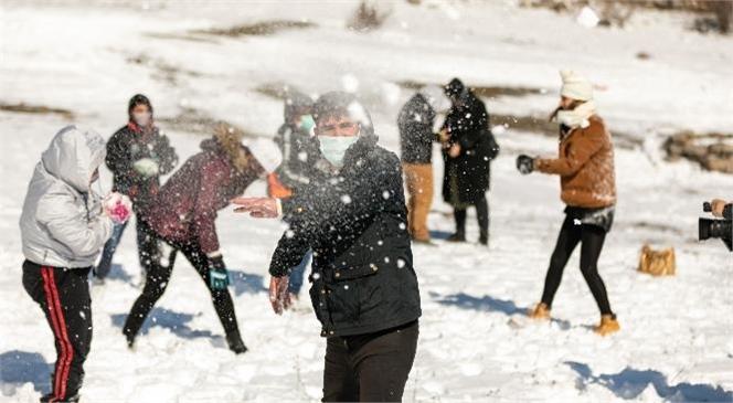 Mersin Büyükşehir, Özel Çocukları Karboğazı'nda Ağırladı! Çocuklar Kar Mutluluğu Yaşadı, Kardan Adam Yapıp Dans Etti