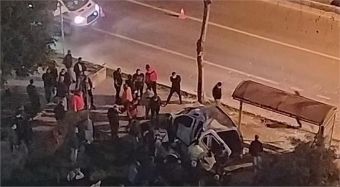 Mersin'de Seyir Halindeki Otomobil Durağa Daldı