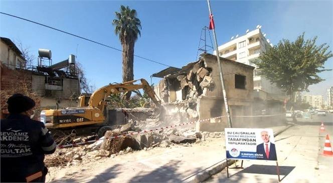 Vatandaşların Yakındığı Metruk Bina Yıkıldı! Akdeniz Belediyesi Bahçe Mahallesi'nde Bulunan 2 Katlı Metruk Yapıyı Kontrollü Şekilde Yıktı