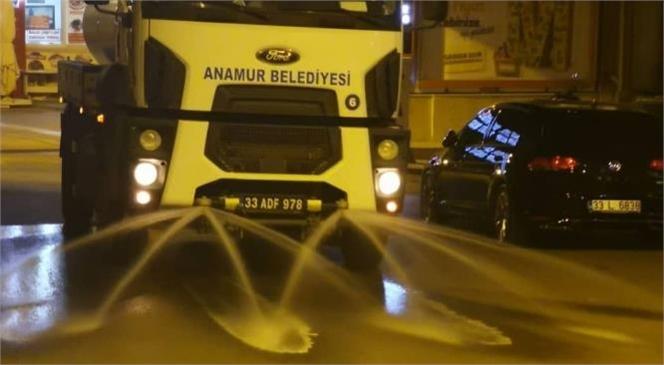 Anamur Belediyesi Cadde Sokakları Virüslerden Koruma Amacıyla İçerisinde Dezenfektan ve Kekik Özlü Su Bulunan Tankerlerle Yıkıyor