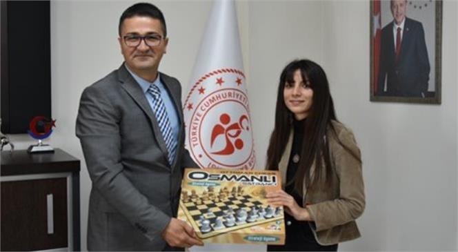 Gençlik ve Spor Bakanı Dr. Mehmet Muharrem Kasapoğlu, Sosyal Medya Üzerinden Kendisine Ulaşan, Mersinli Üniversite Öğrencisi Besime Canakay'ın Satranç Takımı İsteğini Yerine Getirdi