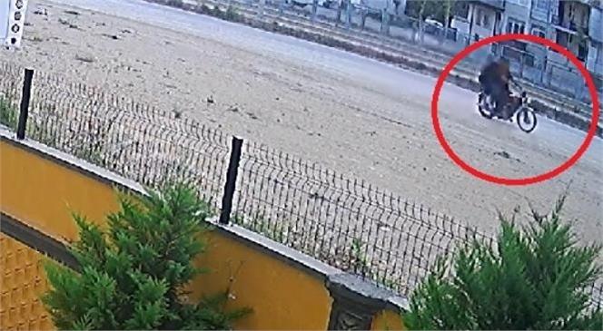 Tarsus'ta Yolda Yürüyen Kadının Çantası Motosikletli 3 Kişi Tarafından Kapkaç Yöntemiyle Çalındı