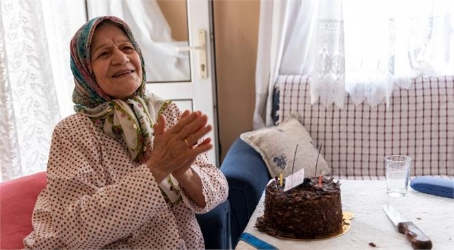 Vasfiye Teyze Doğum Gününü Hayatında İlk Kez Mersin Büyükşehir'le Kutladı